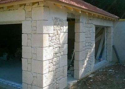 Finition des murs en parement de pierre