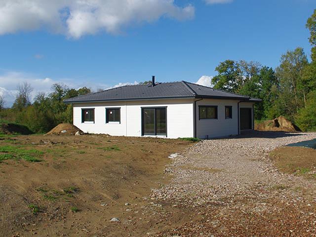 Maison contemporaine ossature bois noire blanche for Maison moderne menuiserie blanche