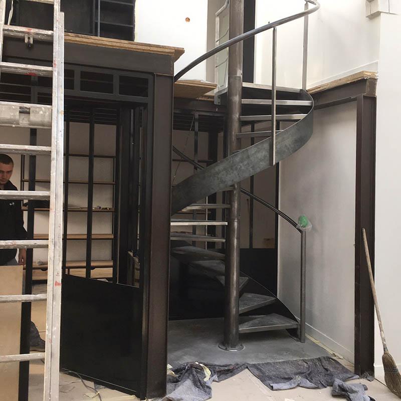 Pose de l'escalier en acier à Montreuil