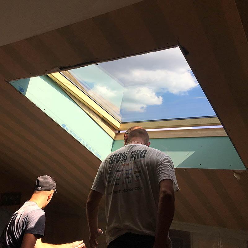 pose d 39 une fen tre de toit velux avec volet roulant solaire paris. Black Bedroom Furniture Sets. Home Design Ideas