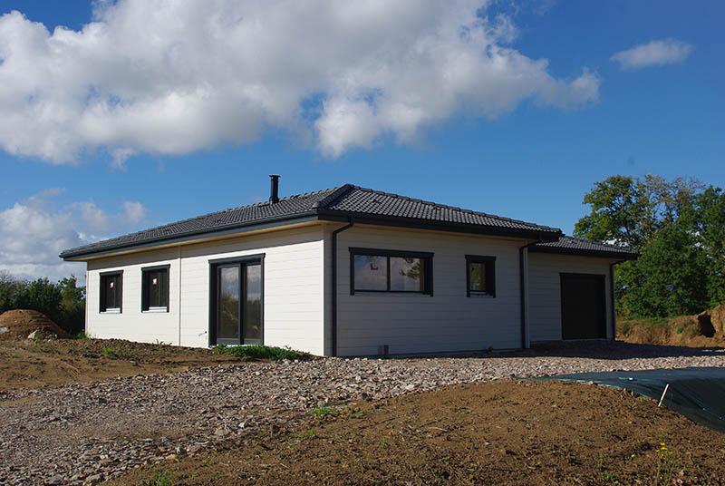Maison contemporaine en bois, noire & blanche