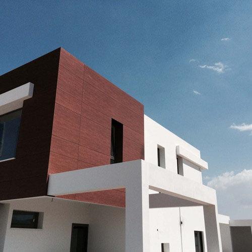 Facade-maison-bois-rouge-FunderMax