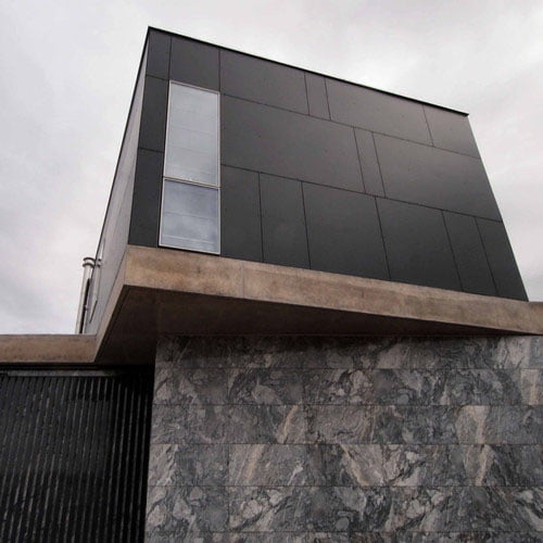 Facade-maison-noire-FunderMax-02