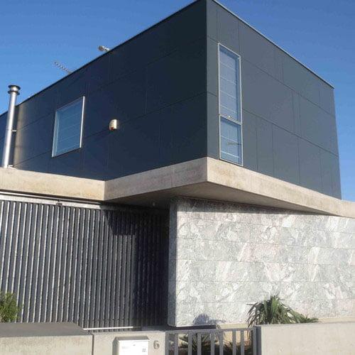 Facade-maison-noire-FunderMax