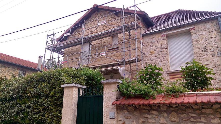 Travaux de rénovation des joints d'une façade en pierre