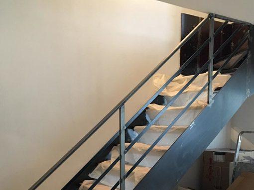 Fabrication et montage d'un escalier en acier et bois sur-mesure