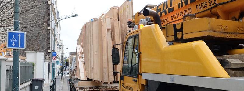 Construction de maison en bois, préfabrication des murs en usine