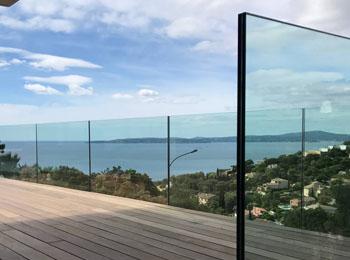 Prix d'une maison en bois avec terrasse et garde corps en verre trempé