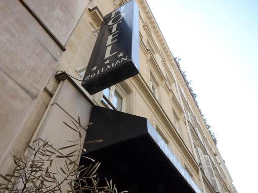 Pose de parquet flottant et habillage des portes de chambres d'un hôtel à Paris