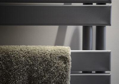 Pose de sèche serviette dans une salle de bain à paris