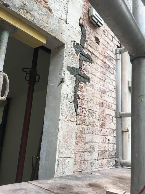 Pose d'agrafes pour fissures dans les murs